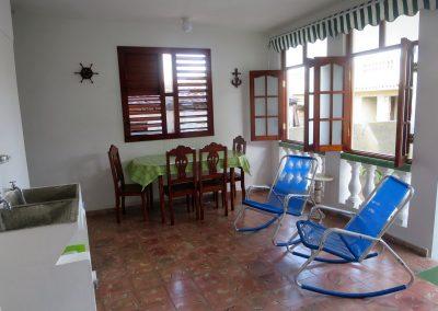 beschattete Terrasse mit Außenwaschbecken