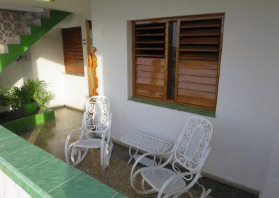 Sitzplatz auf der Terrasse vorm Haus